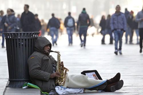 Un-homme-qui-fait-la-manche-Milan