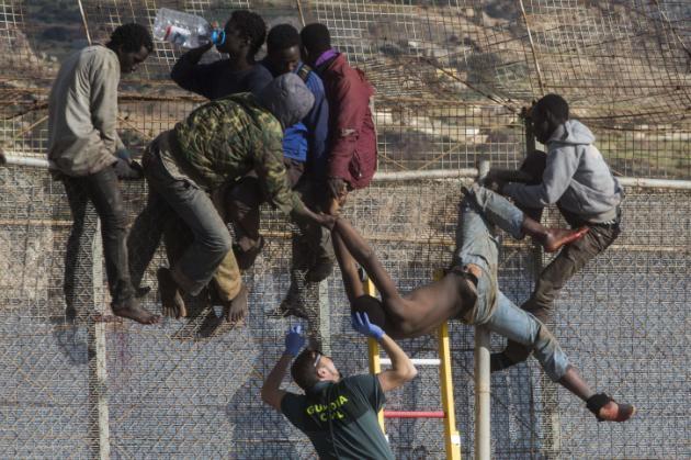 Espagne : non-lieu pour les gardes civiles filmés en train de frapper un migrant