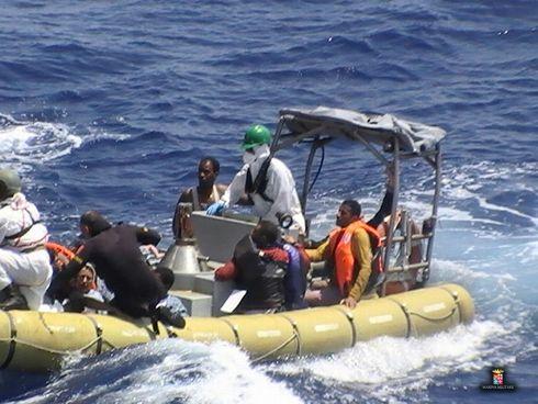 Naufrage au large de la Libye : interpellation de 5 passeurs présumés en Italie