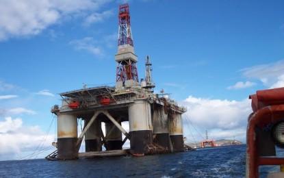 L'excédent sur le marché pétrolier fait chuter les cours du brut