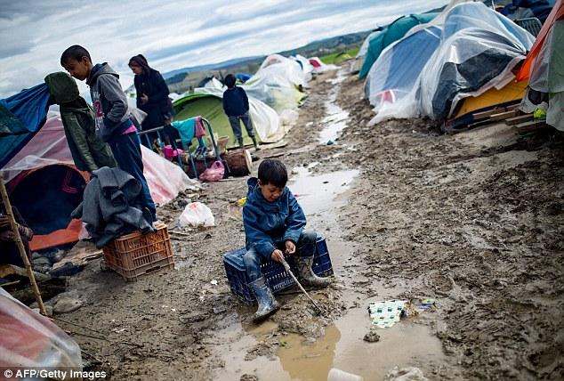 Environ 800 000 migrants patientent en Libye pour traverser en Europe