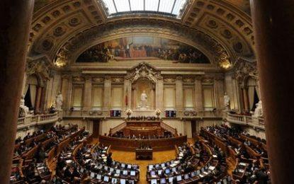 Le gouvernement socialiste portugais encaisse son premier revers au Parlement