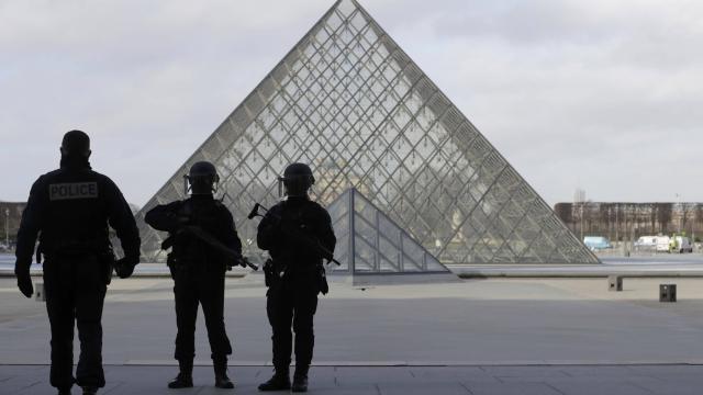 France : le suspect de l'attaque du Louvre se mure dans le silence