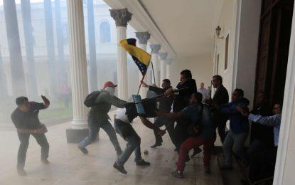 Venezuela : le Parlement pris d'assaut par des pro-Maduro