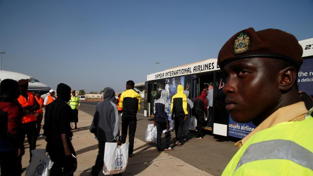 Des clandestins gambiens rapatriés de la Libye luttent contre la migration illégale