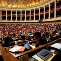 La France adopte l'extension du pass sanitaire et la vaccination obligatoire pour les soignants