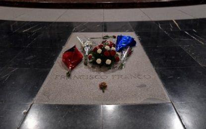 Un artiste espagnol vandalise la tombe de Franco