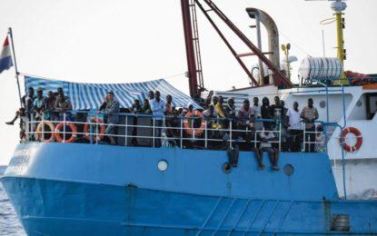 42 migrants demeurent bloqués à l'entrée des eaux territoriales italiennes