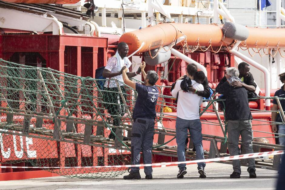 Italie : une centaine de migrants sauvés par l'Ocean Viking débarquent en Sicile