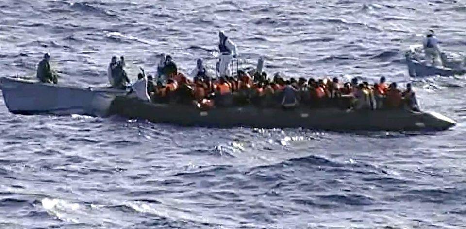 Deux commandants accusés d'homicides involontaires suite au naufrage d'une embarcation de migrants comparaissent en Italie