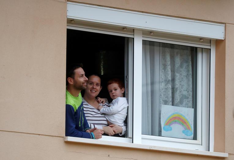 Covid-19: Confinés depuis plus d'un mois, les enfants en Espagne bientôt autorisés à se promener