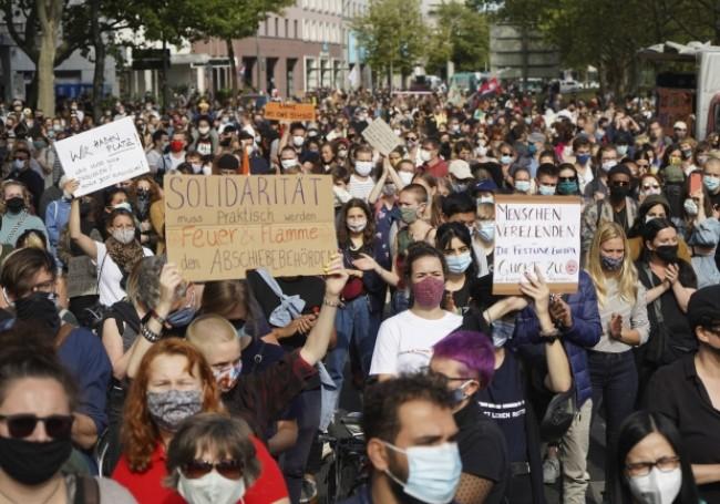 Plusieurs Allemands manifestent à Berlin pour la prise en charge des migrants du camp de Moria