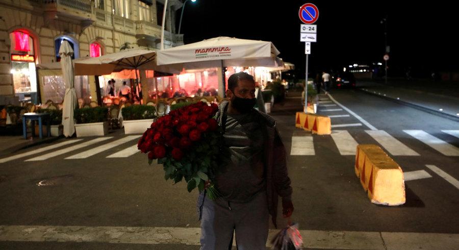 Covid-19 : le masque désormais obligatoire en extérieur en Italie